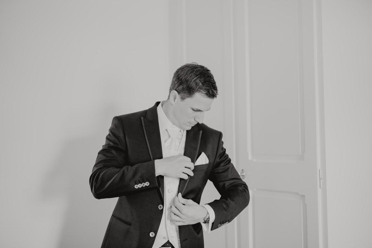 Hochzeitsfotograf La Villa Starnberger See Poecking Strauss und Fliege freie Trauung Hochzeitsfotos heiraten Bayern Getting Ready