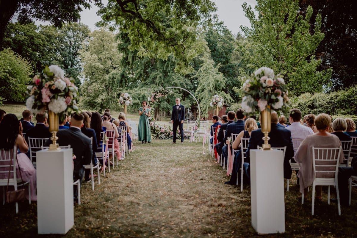 wartender Bräutigam Trauung Setting Schloss Proschwitz Hochzeitsfotograf