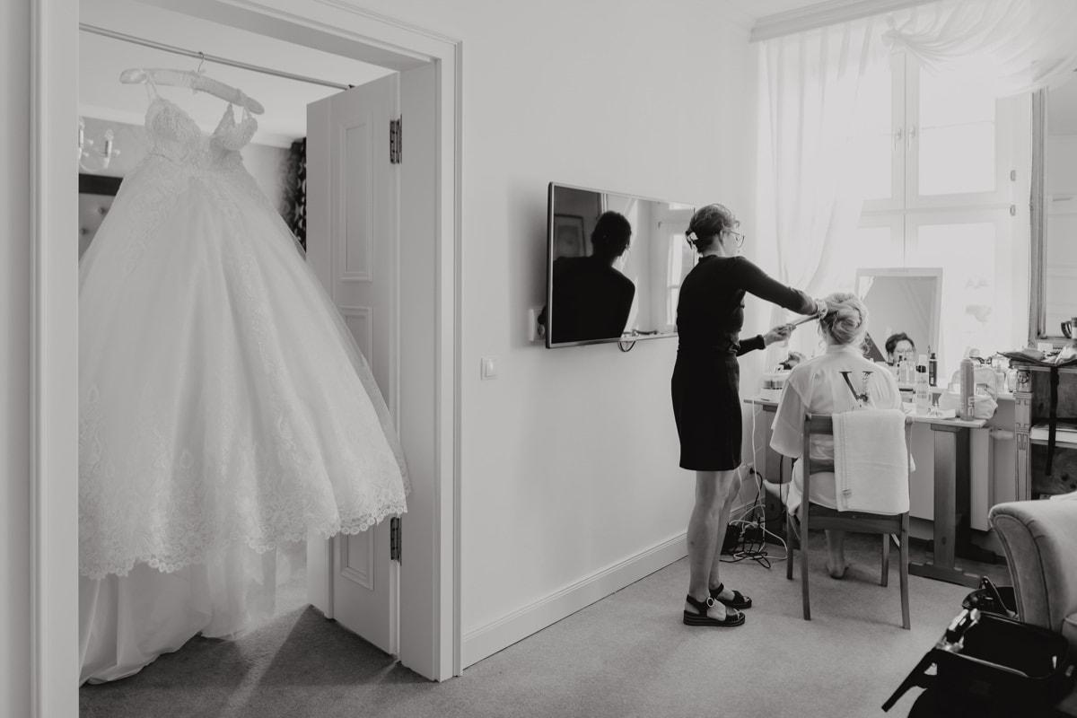 Braut Vorbereitungen Make-Up Haare Hochzeit Brautkleid