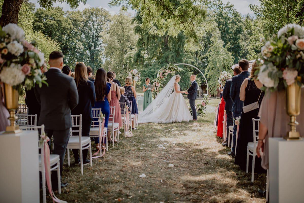 Hochzeitsfotograf Dresden Schloss Proschwitz Hochzeitsbogen Blumen