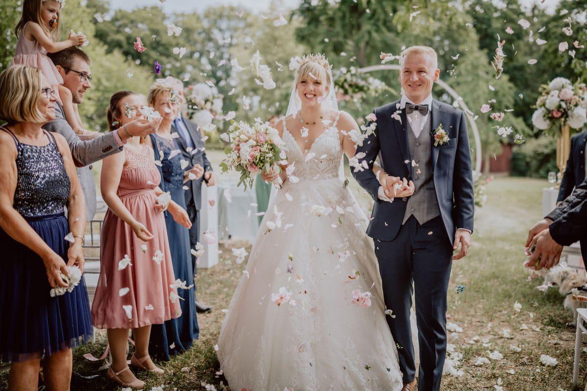 Anzug Brautpaar Blüten Trauung Hochzeitsfotograf Dresden